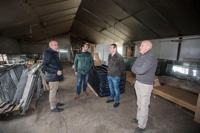 Vlnr: Wethouder Henk van Moorsel, Bart Wijnen (Z.O.N. Arbeidsvoorziening), Frank Rooijakkers (ZLTO) en schuureigenaar Frans Raijmakers in Asten-Heusden.
