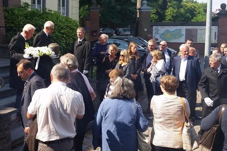 Tijdens en na de viering stonden er ook mensen buiten aan de kerk.