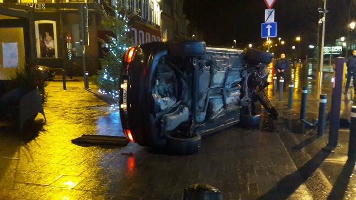 De Audi kwam na de klap op zijn zijkant te liggen.