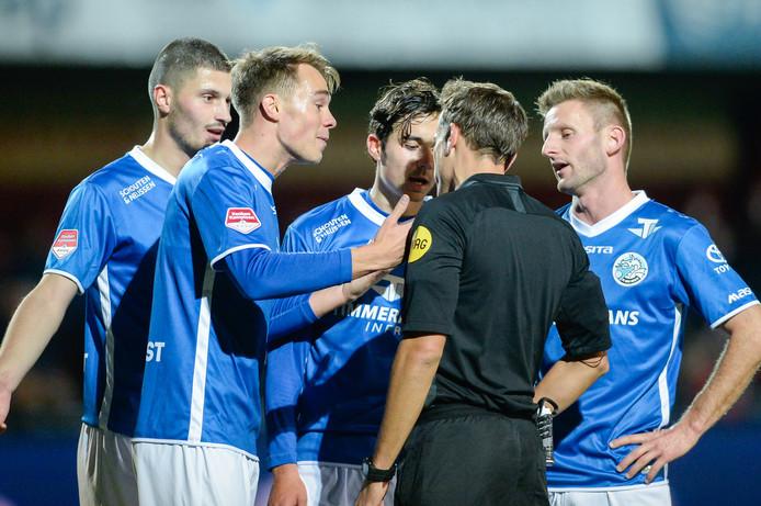Spelers van FC Den Bosch beklagen zich bij arbiter Martin Pérez na de rode kaart voor Leo Väisänen.