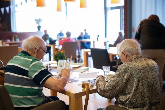 Eten in het restaurant is nog gewoon mogelijk bij het Anbarg in Etten-Leur. Eenmaal aan tafel mag het mondkapje af en de bewoners zitten anderhalve meter uit elkaar. Behalve bij echtparen, zoals op de foto.