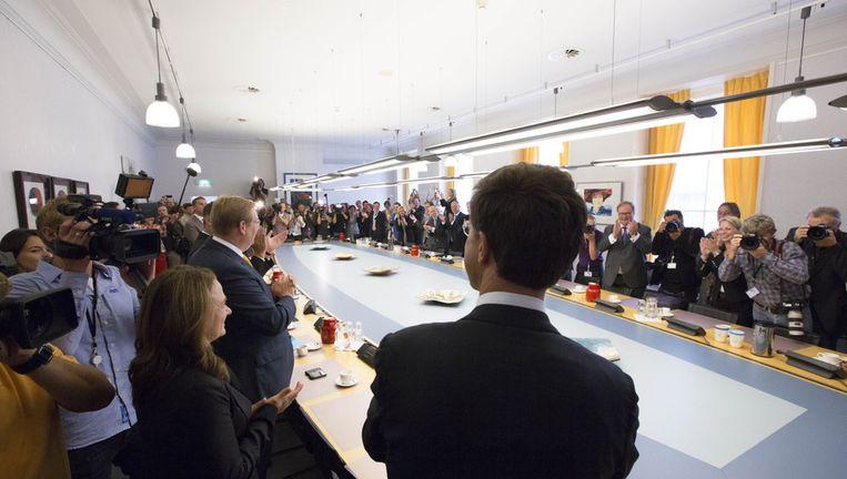 Mark Rutte neemt in de VVD-fractiekamer het applaus in ontvangst op de dag na de verkiezingen. Beeld null