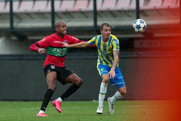 Rangelo Janga (links) in actie voor NEC tegen RKC Waalwijk.