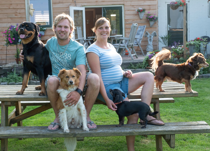 Wesley van der Spek en Heleen van den Berge in hun grote tuin met de honden Senna, Goldy, Penny en Stitch.