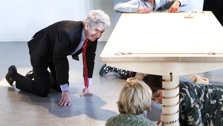 Minister Ronald Plasterk van Onderwijs, Cultuur en Wetenschap geniet zaterdag zichtbaar bij een ontwerp van Tineke Beumers op de Dutch Design Week in Eindhoven. Beeld anp