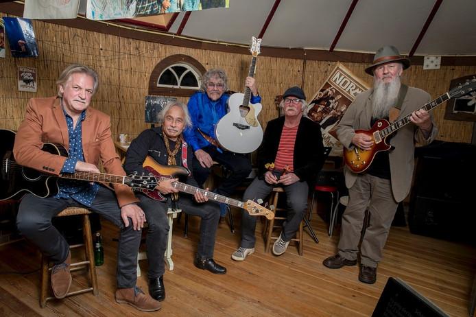 De Pensionado's, met in het midden Bennie Jolink.