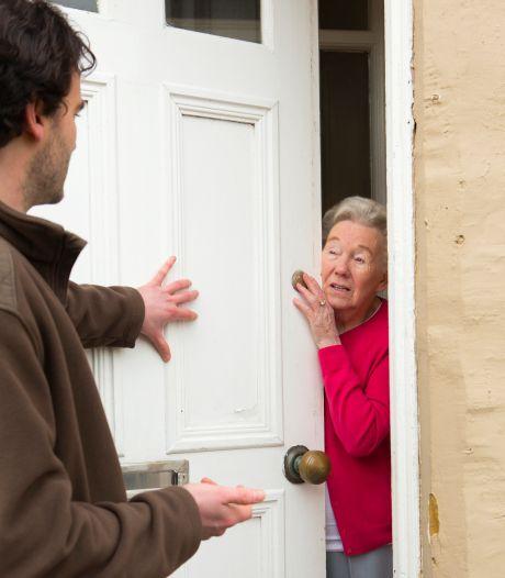 Oudere vrouw voor tienduizend euro opgelicht met babbeltruc door 'bankmedewerker' aan de deur