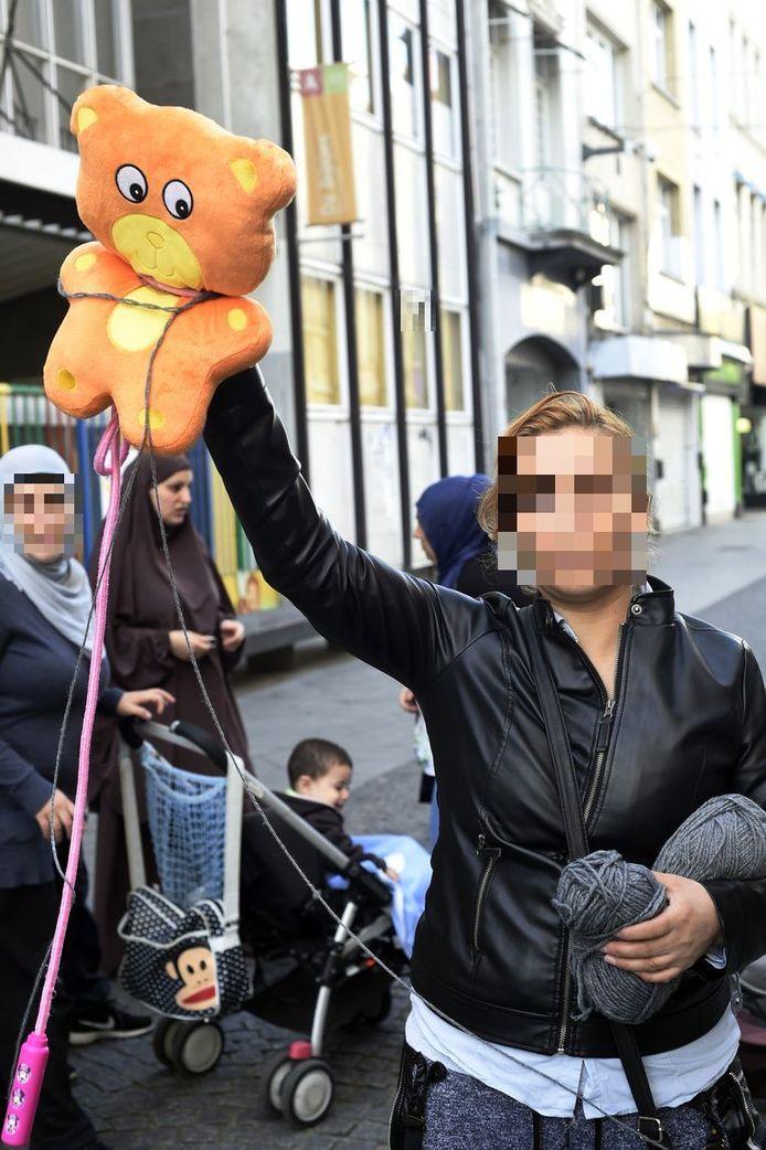 De moeder protesteerde destijds voor de schoolpoort van De Bijtjes in de Offerandestraat.