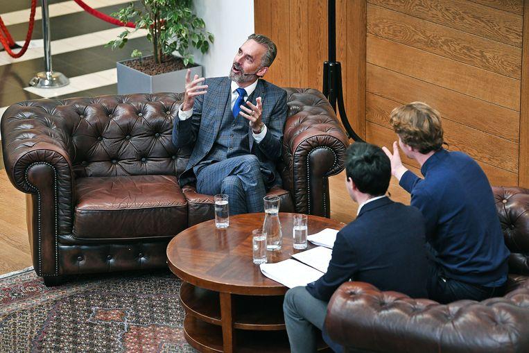 Professor Jordan Peterson wordt geïnterviewd door studenten van de UvA. Beeld Guus Dubbelman / de Volkskrant