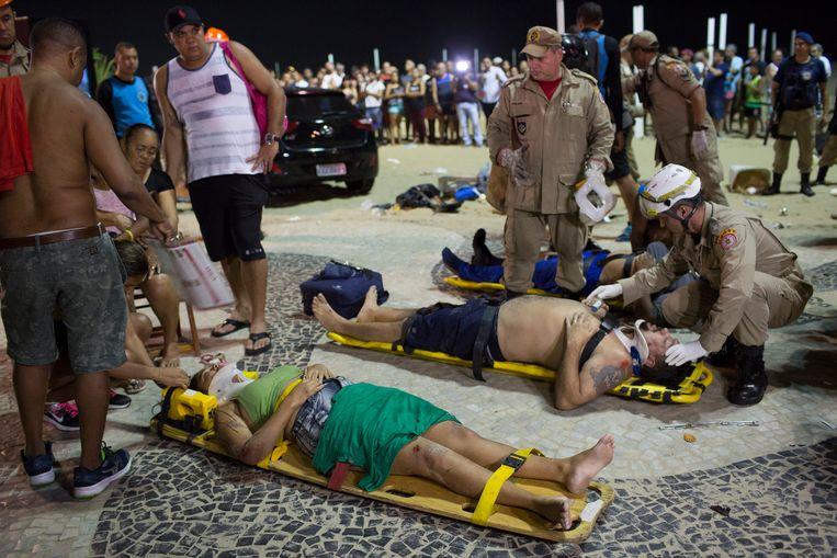 Gewonden wachten op hulp nadat een auto op de beroemde Copacabana-boulevard in Rio de Janeiro inreed op het publiek. De politie vermoedt dat de bestuurder het ongeluk heeft veroorzaakt als gevolg van een epileptische aanval.