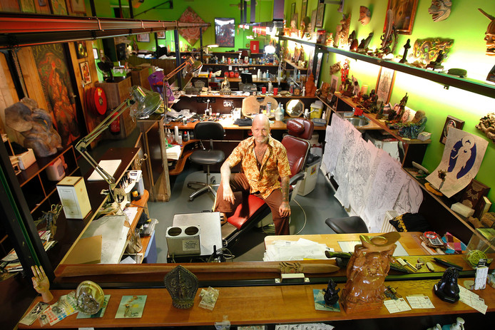 Greg Orie in zijn tattooshop Dragon in Eindhoven.