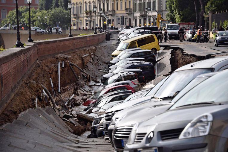 Een twintigtal wagens die op de kade geparkeerd stonden, werden de dieperik ingesleurd.