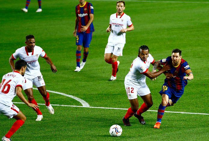 Messi tegen een overmacht aan Sevilla-spelers.