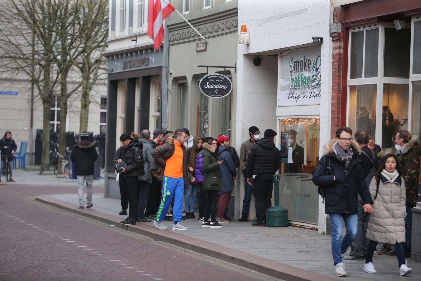 Rij voor de Bossche coffeeshop Meetpoint waar onlangs een incident was.