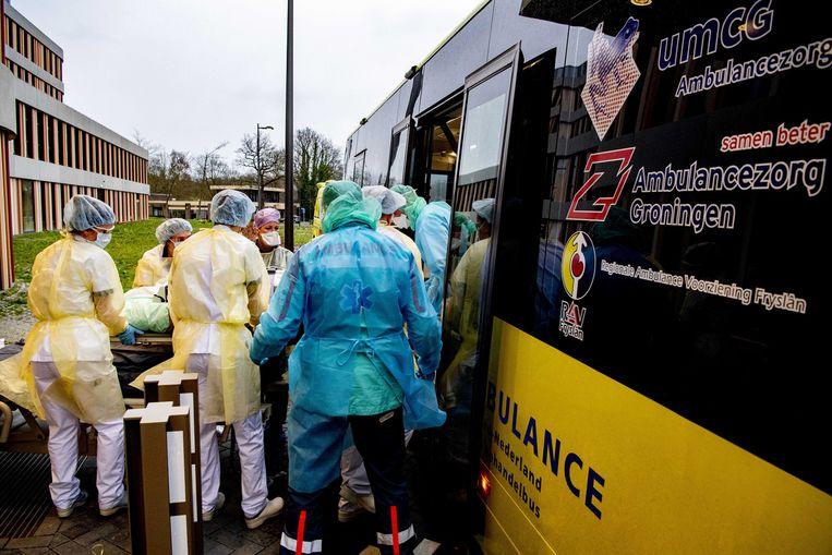 Patiënten worden in een coronabus vervoerd Beeld ANP