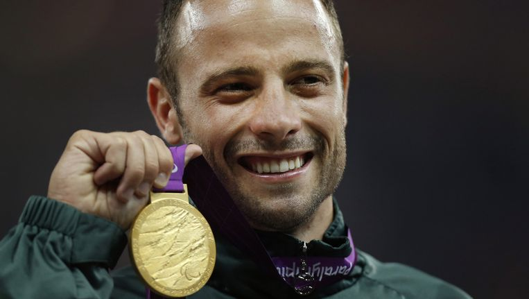 Oscar Pistorius met zijn gouden medaille bij de Paralympische Spelen in Londen in 2012. Beeld ap