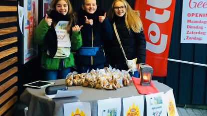 Nell, Nieke en Lotte verkopen koekjes voor Cliniclowns