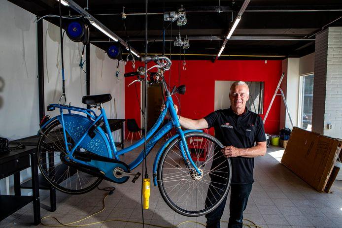 """Hans Bloemendal in het tijdelijke, nieuwe onderkomen van Bike Totaal in Holten. ,,Onze branche heeft het gigantisch druk. Ik hoop echt dat we hier begin juli operationeel zijn."""""""