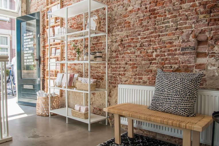 Vier jonge ondernemers verkopen hier hun eigen producten: geurkaarsen, sieraden, posters en verzorgingsproducten. Beeld Jesper Boot