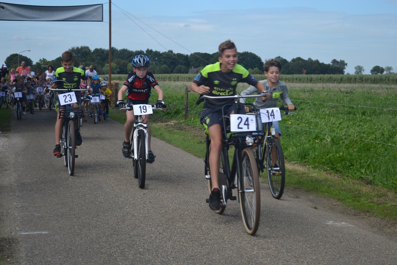 Rens en Lars van Gisteren op hun stoere schoolfiets op weg naar de overwinning.