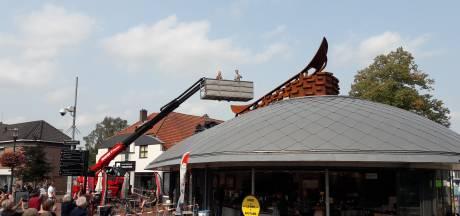 Veenendaal is een nieuw kunstwerk rijker: 'Een veenaak op het dak van de ufo'