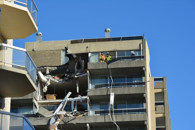 Residentie Mosselbank in Nieuwpoort raakte zwaar beschadigd doordat het tegengewicht van de kraan op het appartementsgebouw viel. Sonja Schepens liet daarbij het leven.