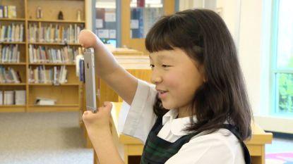 Meisje zonder handen wint nationale schrijfwedstrijd