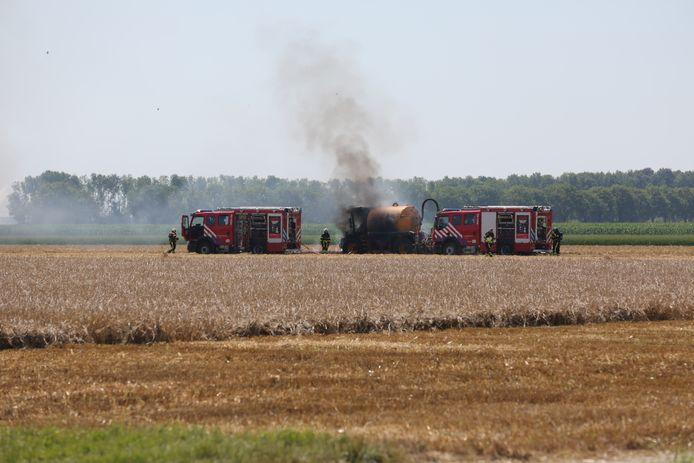 Landbouwvoertuig in brand in Kruisland.