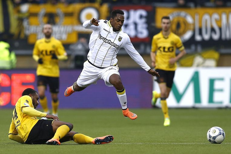 Vitesse-speler Renato Ibarra springt over Rydell Poepon van Roda JC heen. Beeld anp