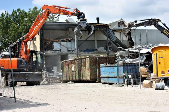 Met de sloop van de oude gymzaal bij De Werft is inmiddels begonnen.