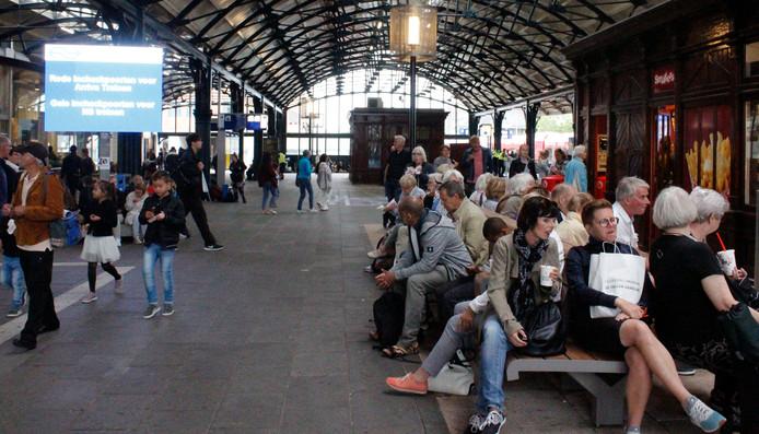 Reizigers op Station Leeuwarden. De overkapping wordt volledig hersteld en vervangen de komende jaren.