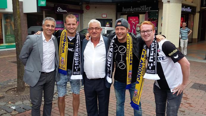 Supporters in Almelo, met het bestuur van Arouca