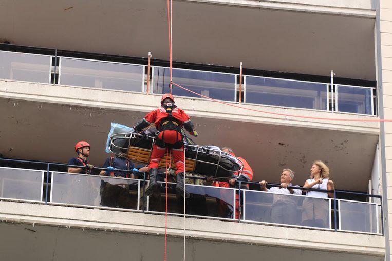 Het klimteam van de brandweer tijdens de evacuatie van een 90-jarige patiënte van de veertiende verdieping van een flatgebouw.