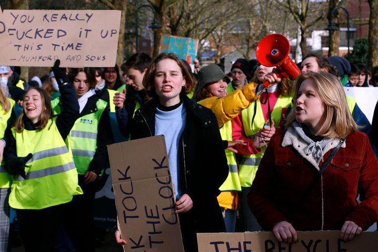 Anuna De Wever and Kyra Gantois tijdens een van de klimaatmarsen van Youth for Climate op donderdag. Morgen trekt de klimaatmars door Antwerpen