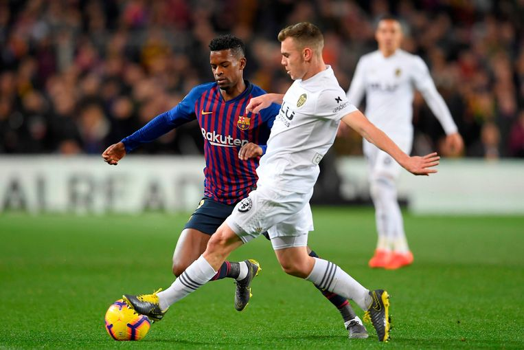 Toni Lato (rechts) in actie tegen FC Barcelona.