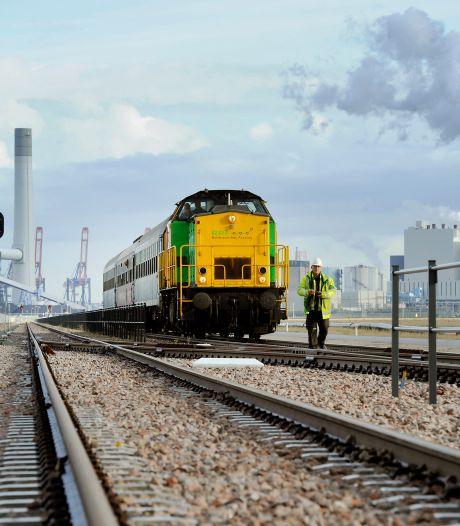 Tuinaarde in de strijd tegen zandhopen op het spoor in de Rotterdamse haven