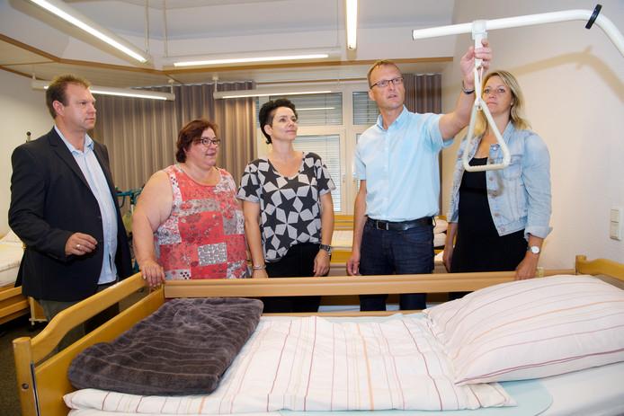 Helmut Alferink ( 2e van r) geeft een rondleiding aan v.n.l.r.: Arold Hanse, Henriette Renker, Janet Wessels en uiterst rechts Wilna Rosink.