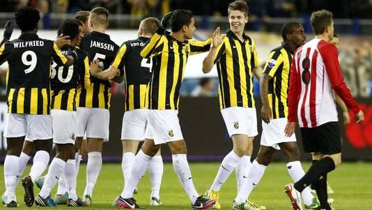 Vitesse viert de 1-0 van Marco van Ginkel (derde van rechts).