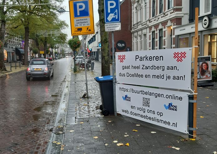 Protestbanner op de Ginnekenweg tegen betaald parkeren in wijk Zandberg, het exemplaar op de Baronielaan is weggehaald.