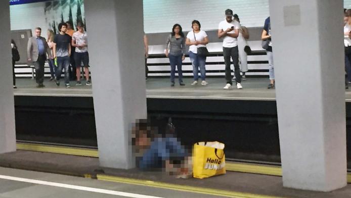 De politie heeft zich ontfermd over de vrouw.