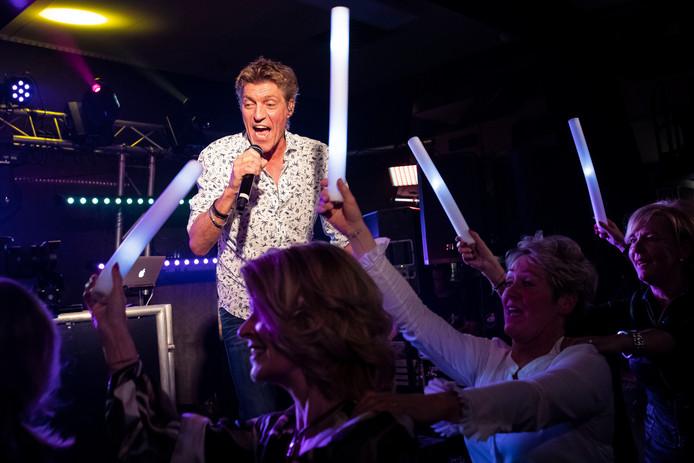 Feestzanger Kapalone (Ad Kapteijns) tijdens zijn optreden zondag in Gemonde. Hij presenteerde voor de 18e keer een cd-single.
