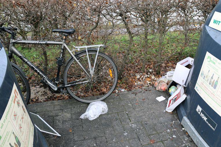 Sluikstorters dumpen afval aan de glascontainers in de Wilgenlaan.