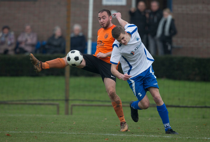 Wout Aarentzen (links) in duel met René Verpoort van Gelders Eiland.