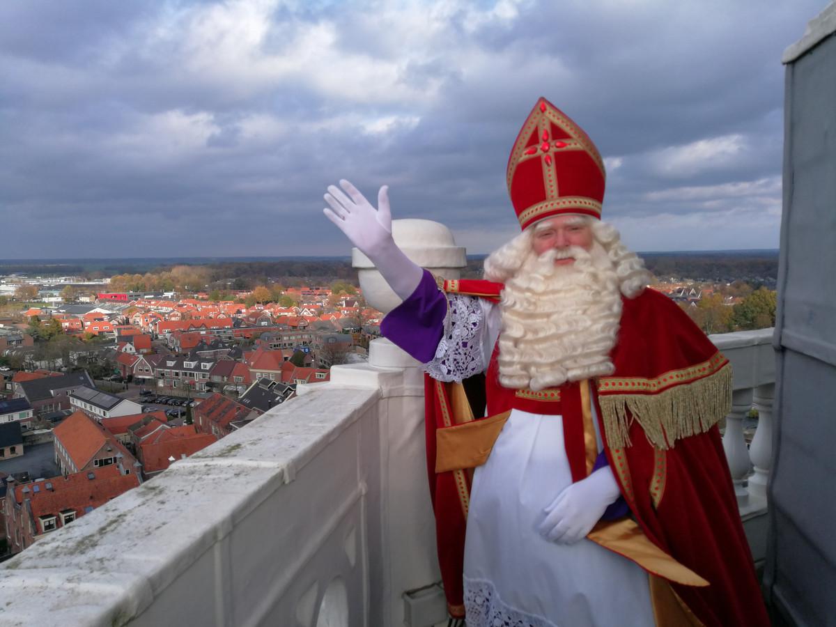 Sinterklaas op de omloop van de Nijkerkse toren.
