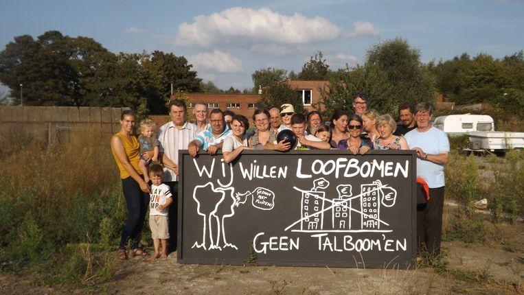 De bewoners van Noeveren - hier op de gronden waar mogelijk een woonproject komt - maken hun ongerustheid duidelijk met een bord.