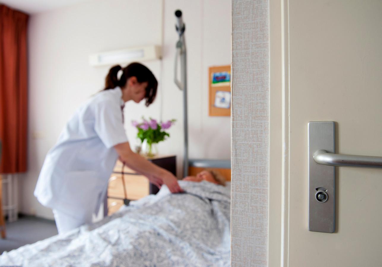 Verpleegkundigen kunnen niet continu aanwezig zijn bij een patiënt. Daarom zijn de 'waakmaatjes' in Utrecht en Nieuwegein een uitkomst in het St. Antonius Ziekenhuis.