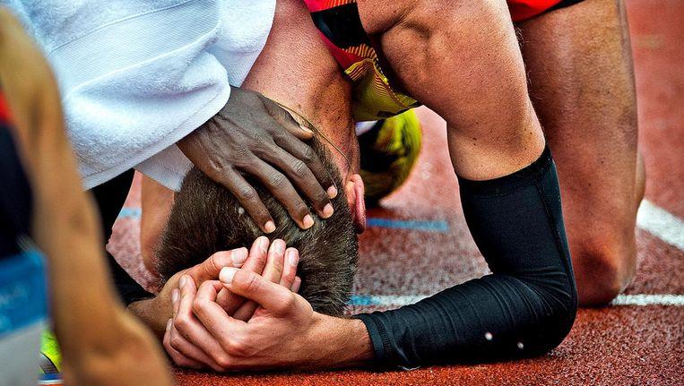 Michiel Butter is acht seconden tekortgekomen om te mogen meedoen aan de Spelen van Rio. Hij wordt getroost door Abdi Nageeye die de limiet wel heeft gehaald. Beeld Klaas jan van der Weij / de Volkskrant