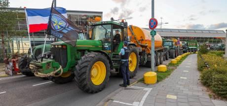 Boeren blokkeren toegangsweg Eindhoven Airport, luchthaven bereikbaar en reizigers kunnen naar huis