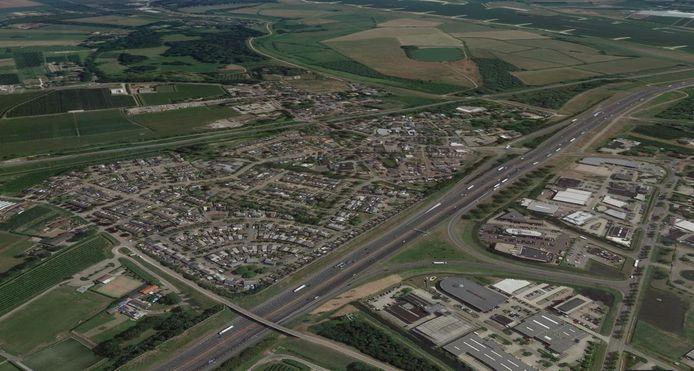 Waardenburg, gezien vanuit het noordwesten. In de driehoek linksvoor liggen de walwoningen, ook wel de bungawalls genoemd. De rug van de huizen ligt in de geluidswal. Een bredere A2 kan serieuze consequenties hebben voor de bewoners.