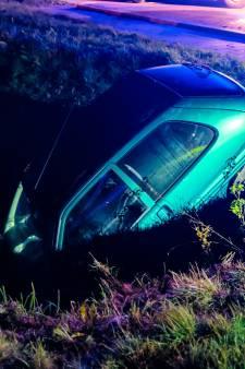 Auto belandt in sloot, maar waar is de bestuurder?
